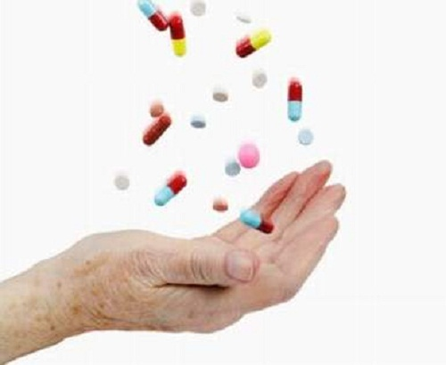 Điều trị bằng thuốc hạ huyết áp cho người già cần hết sức thận trọng
