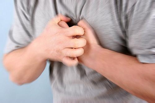 Đau thắt ngực là triệu chứng hay gặp trong bệnh thiếu máu cơ tim